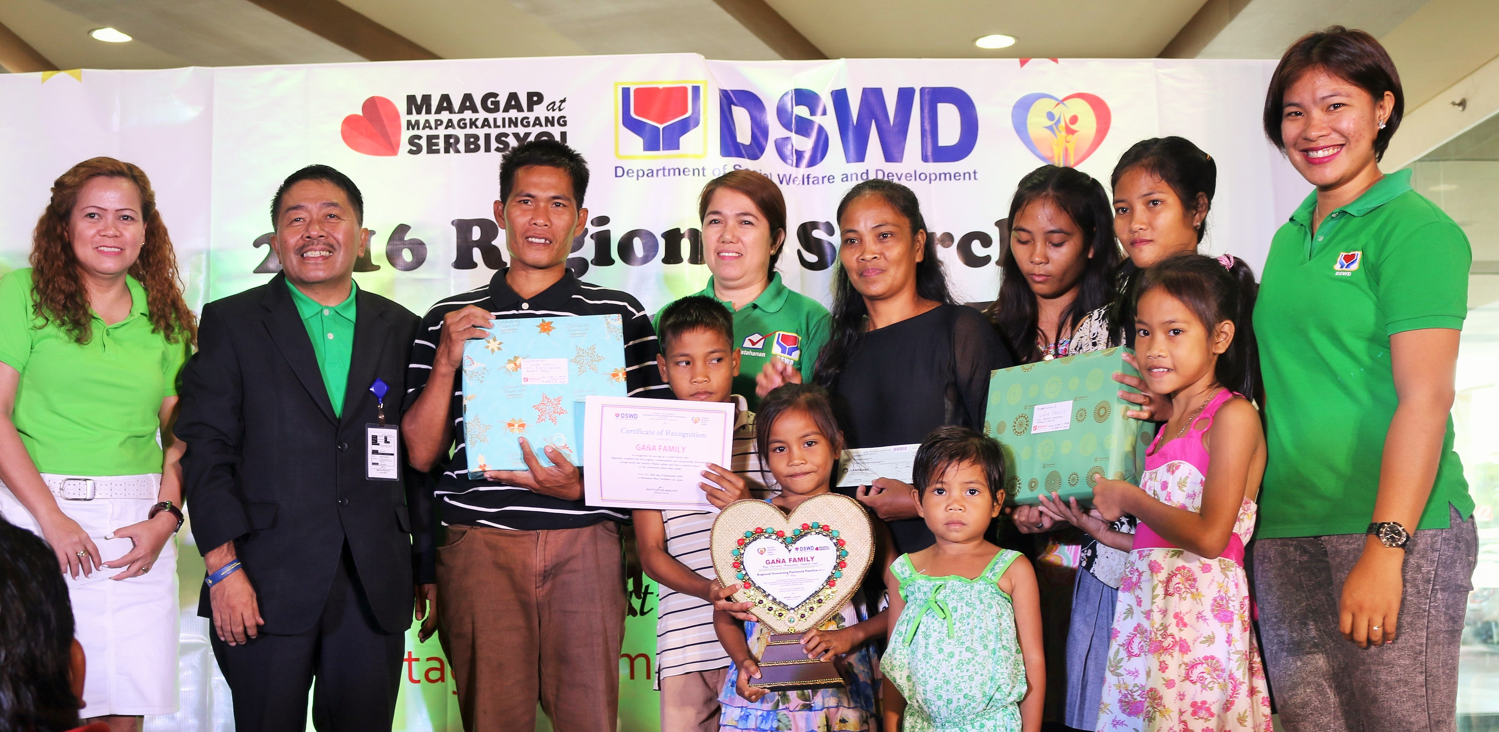 DSWD-8 Regional Director Restituto B.Macuto awards the Huwarang Pantawid Pamilyang Pilipino to the Gana Family of Southern Leyte in a simple